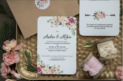 invitatie de nunta cu flori pe colt si plic cu autocolant de flori