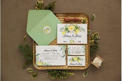 invitatie de nunta carte postala cu flori galbene si frunze verzi cu card RSVP