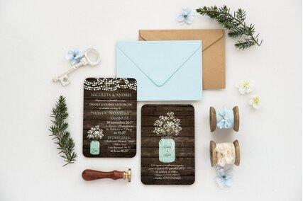 invitatie de nunta cu carton imitatie de lemn cu textura deosebita si borcan cu floarea miresei