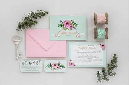 invitatie de nunta verde pastel cu anemone roz si frunze verzi