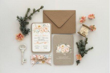 invitatie vintage cu carton texturat si flori crem cu plic kraft