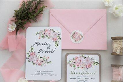 invitatie cu flori roz si plic roz cu sigiliu autocolant floral