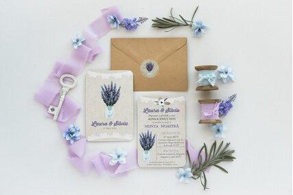 invitatie rustica cu carton deosebit si flori de lavanda cu plic kraft