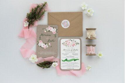 invitatie de nunta vintage cu bujori roz si plic kraft cu sigiliu autocolant