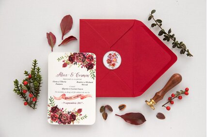 invitatie cu flori rosii si frunze cu plic rosu
