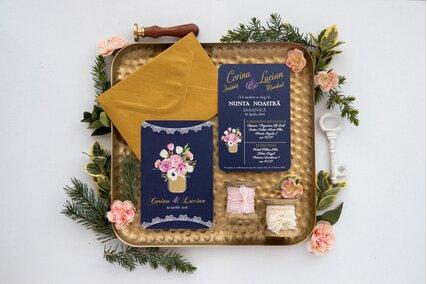 invitatie de nunta vintage postcard cu albastru inchis si flori roz