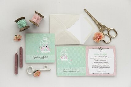 invitatie de nunta chic cu colivie de pasari roz si buline