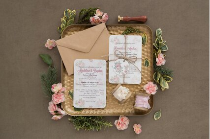 invitatie vintage cu trandafiri legata cu sfoara si biletel