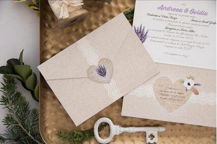 invitatie rustica cu lavanda in forma de plic cu scris si flori mov in interior