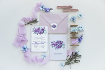 invitatie de nunta mov cu flori si plic lila