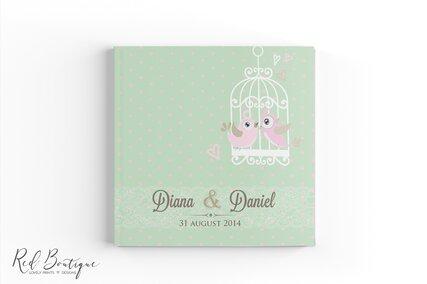 carte de oaspeti pentru nunta chic verde deschis cu buline si pasari roz in colivie