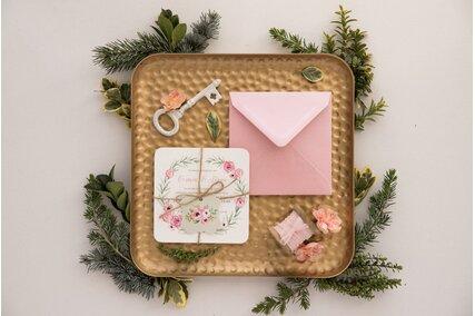 invitatie vintage cu flori roz si verdeata cu plic roz