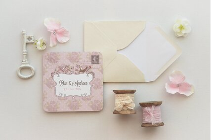 invitatie chic vintage roz cu flori pe fundal si plic crem