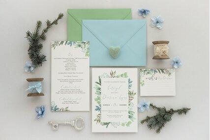 invitatie cu frunze verzi pe rama si plicuri colorate
