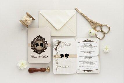 invitatie eleganta crem cu rama maro cu camee si cheita