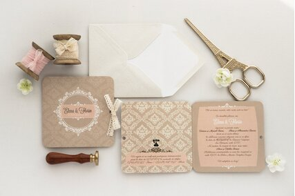 invitatie in stil victorian cu model geometric clasic si fundita de satin