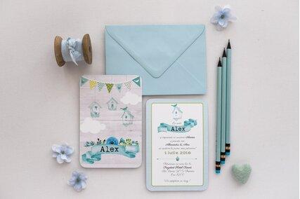 invitatie albastra cu casuta pentru pasari si flori albastre cu plic albastru deschis