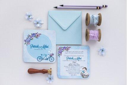 invitatie albastra cu bicicleta si lavanda mov si baietel in vana