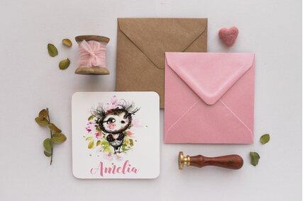 invitatie cu bufnita cu gene si bujori roz cu verdeata si plic kraft sau roz