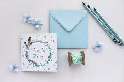 invitatie cu pene si plic albastru patrat