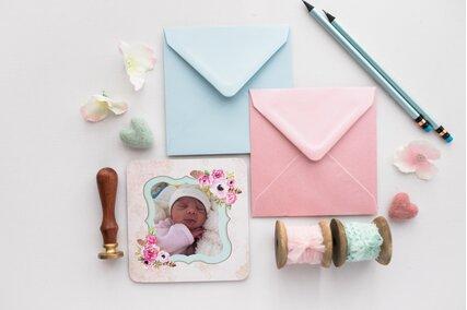invitatie cu poza bebelus si rama cu flori roz