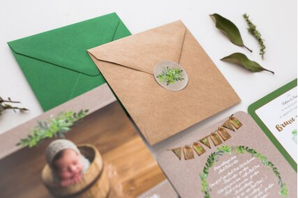invitatie cu poza bebelus si frunze verzi
