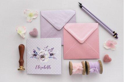 invitatie mov cu pene si anemone cu frunze si macese lila cu plic roz