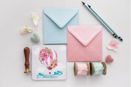 invitatie cu balon in nori si flori roz cu plic roz sau albastru deschis