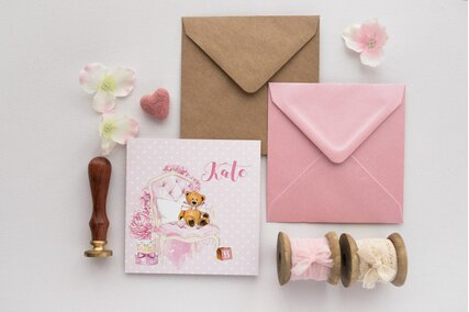 invitatie roz cu ursulet pe scaun si tort