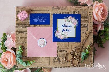 invitatie albastra cu dungi mari albe si plic roz