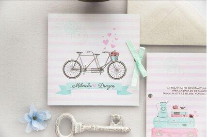 invitatie de nunta roz cu inimioare si bicicleta legata cu fundita de satin
