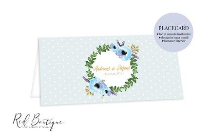 placecard de nunta albastru deschis cu buline si flori albastre cu frunze verzi