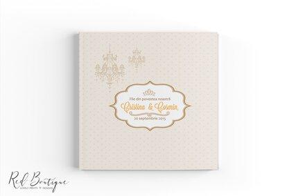 guestbook chic cu buline si candelabru vintage cu coperta personalizata cu numele mirilor si interior cu foi albe
