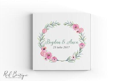 carte de nunta pentru oaspeti cu flori roz si coronita de frunze de maslin verzi