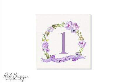 numere de masa patrate cu coronita din flori mov si verdeata pentru nunta si botez
