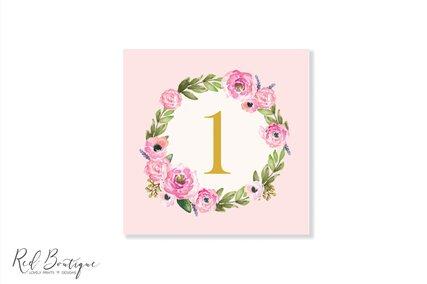 numar de masa patrat pentru mesele invitatilor cu roz si coronita de flori roz cu verdeata