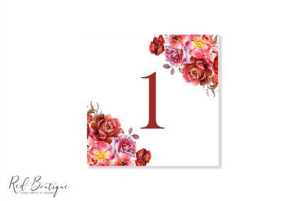 numar patrat pentru mesele invitatilor cu flori rosii pe colt