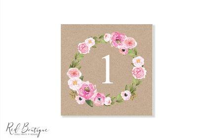 numar de masa patrat cu coronita de flori roz pentru mesele invitatilor la botez