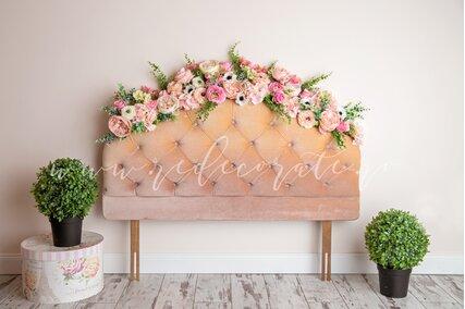 fundal foto cu pat cu flori si verdeata