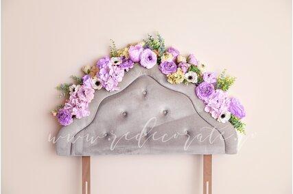 fundal foto cu flori si capatai de pat gri