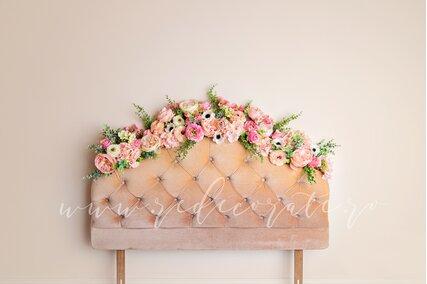 fundal foto cu flori colorate pe marginea patului