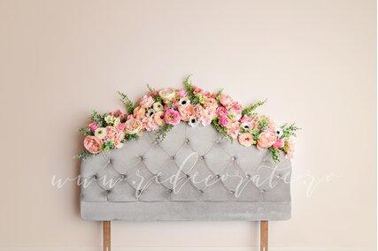 fundal foto cu flori multicolore pe un pat gri