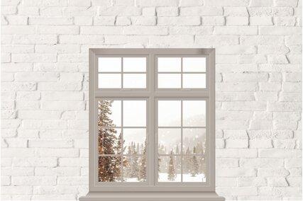fundal foto de iarna cu fereastra si brazi cu zapada