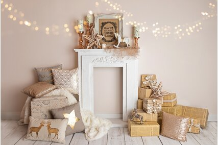 fundal foto de craciun elegant cu semineu alb si cadouri aurii