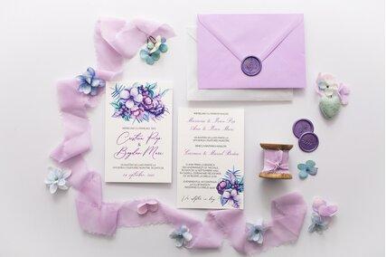 invitatie cu flori mov