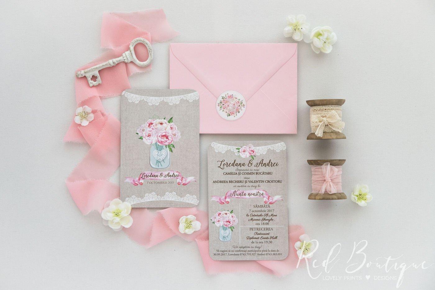 invitatie de nunta rustica cu buchet de bujori roz in borcan