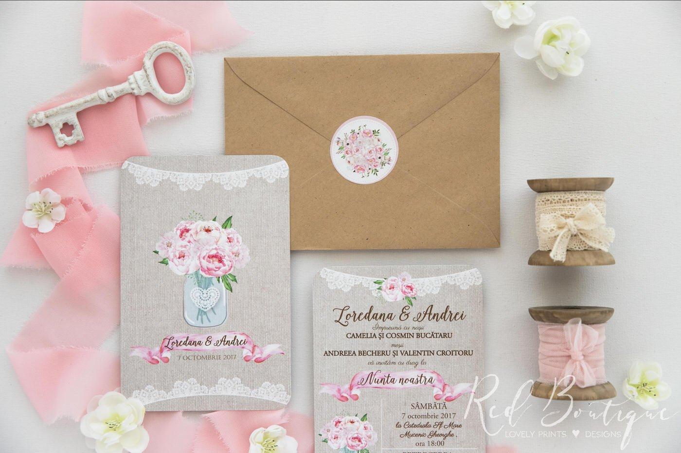 invitatie de nunta rustica cu buchet de bujori roz in borcan si plic kraft