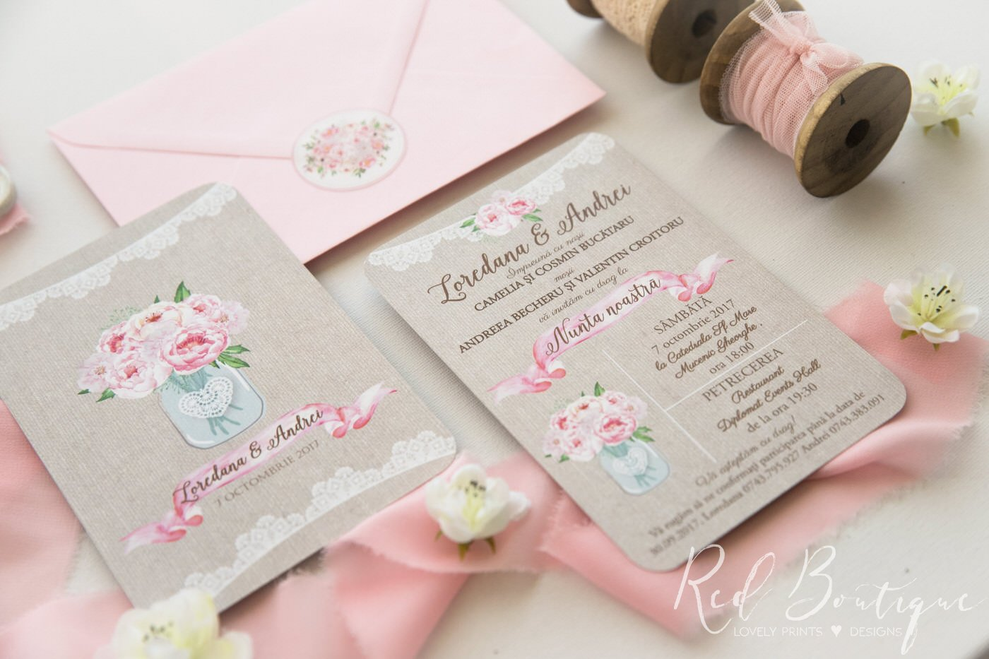 invitatie de nunta rustica cu buchet de bujori roz in borcan si dantela