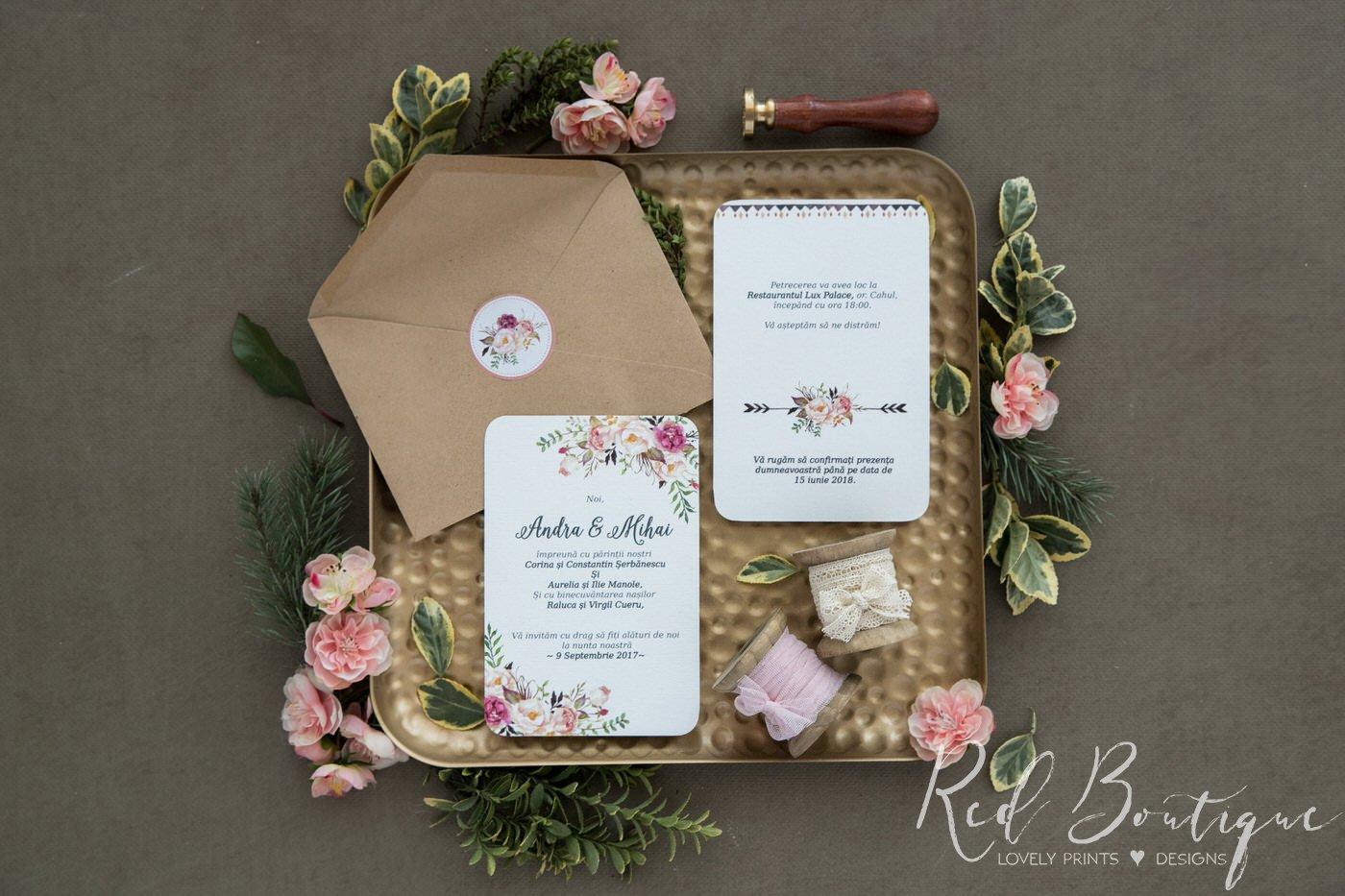 invitatie cu flori pe colt si plic kraft