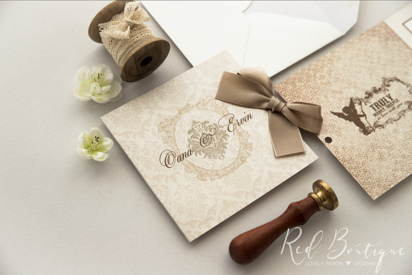 invitatie  clasic eleganta de culoare crem cu fundita din panglica